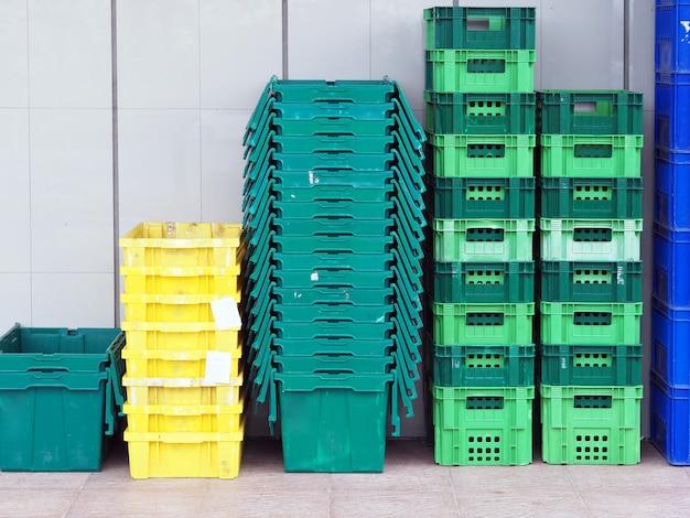 Cierre hasta el fondo colorido de la pared de las cestas de las cestas plásticas.