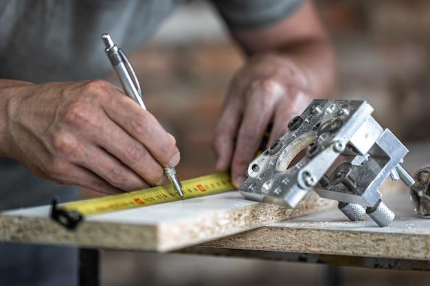 Cierre una herramienta profesional para taladrar con precisión en madera.