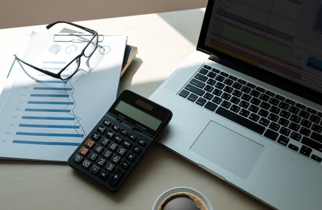 Cierre de hombre de negocios con uso de calculadora de finanzas calcular sobre el costo en la oficina