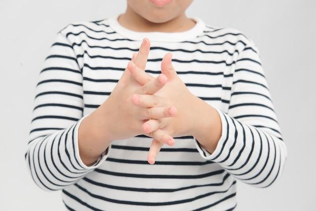 Cierre las manos del niño con gel desinfectante de manos antibacteriano. concepto de desinfección de manos.