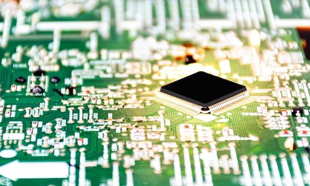 Cierre de maqueta de unidad central de procesamiento negra con efecto de luz dorada