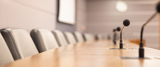 Cierre el micrófono de la conferencia en la mesa de reuniones.