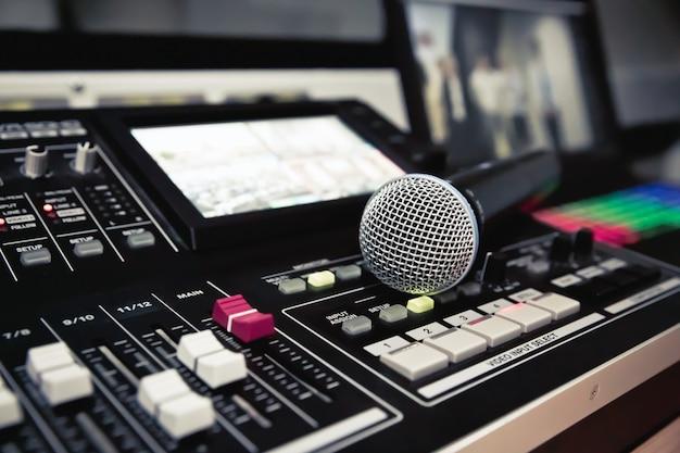 Cierre de micrófono en el estudio.
