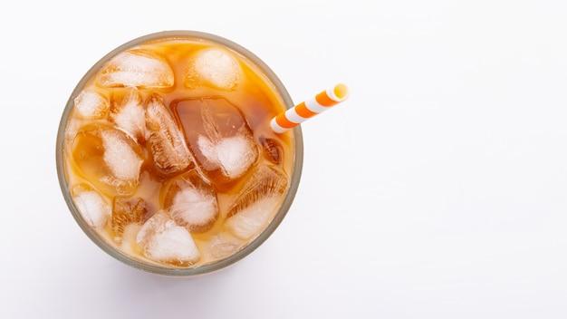 Cierre de la opinión superior del latte del hielo para arriba en las trayectorias blancas del fondo y de recortes.