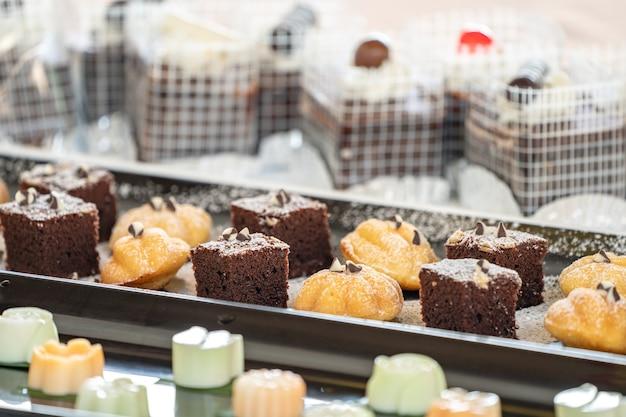 Cierre el pastel de brownies con los otros postres tailandeses al lado.