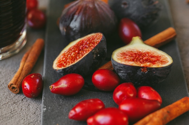 Cierre plano de frutas y especias para cocinar vino brillante