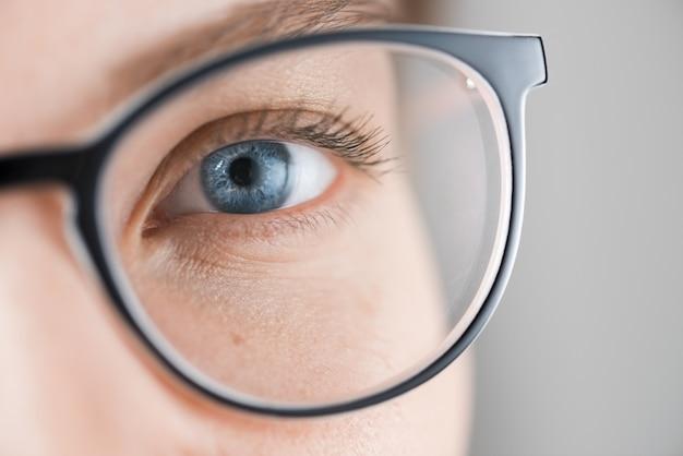 Cierre plano de mujer con ojos azules con gafas