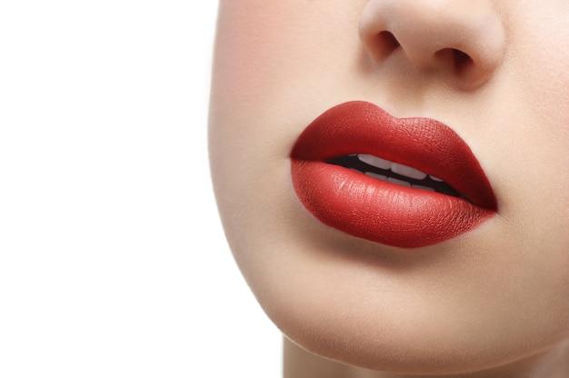 Cierre plano de regordetas labios femeninos sexy cubiertos con lápiz labial