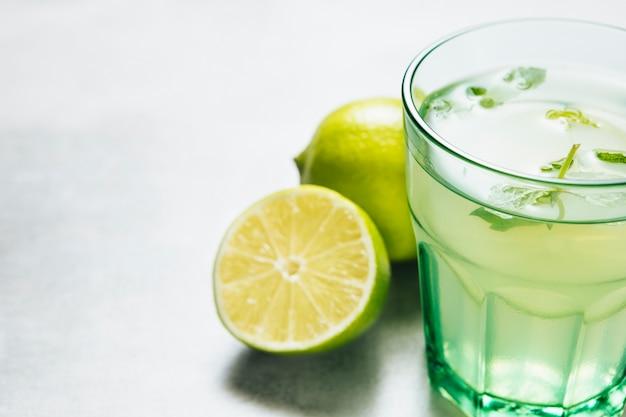 Cierre plano de vaso de limonada sobre fondo liso