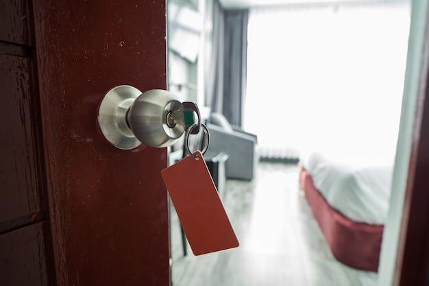 Cierre de tarjeta y llaves de habitación en el hotel.