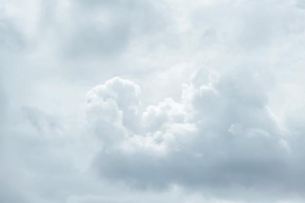 Cierre telefoto para calmar los flujos de nubes blancas de algodón esponjoso en el cielo.