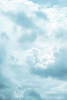 Cierre telefoto para calmar nubes blancas de algodón esponjoso fluye en el cielo.