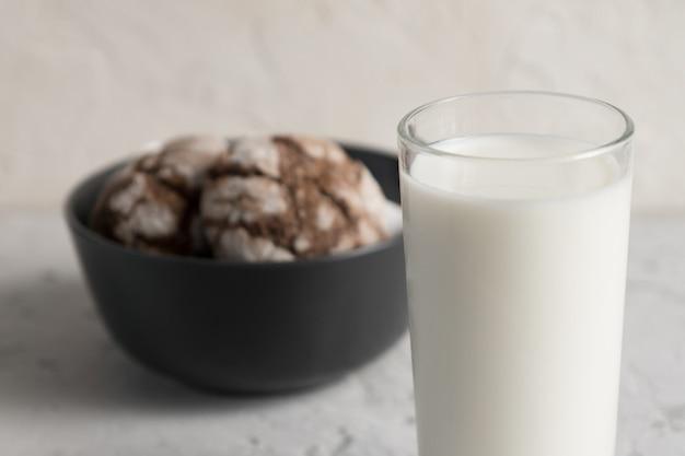 Cierre de vaso de leche con crujientes galletas de chocolate crujientes. sabroso refrigerio o desayuno
