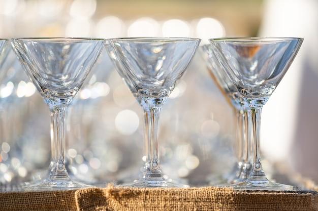 Cierre el vidrio dispuesto sobre la mesa en campo abstracto en tiempo de celebración para cualquier fondo de lujo.