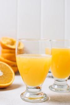 Cierre de vidrio con jugo de naranja