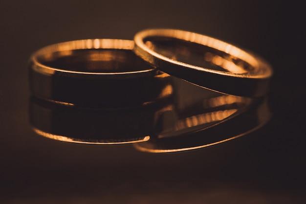 Ciérrese para arriba de los anillos de bodas de diamante en foco selectivo del oro
