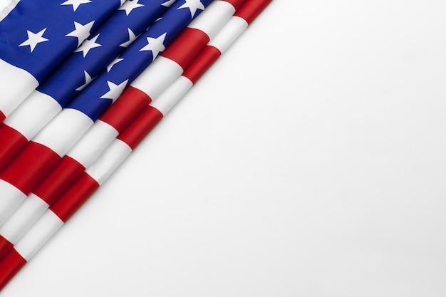 Ciérrese para arriba de la bandera americana los eeuu en el fondo blanco