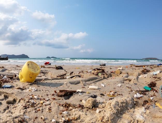 Ciérrese para arriba de la basura de los desperdicios sucia en el fondo de la contaminación del ambiente de la playa.