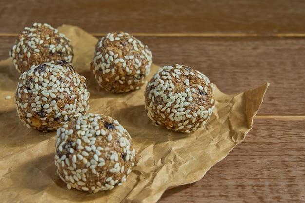 Ciérrese para arriba de las bolas de la harina de avena de las fechas.