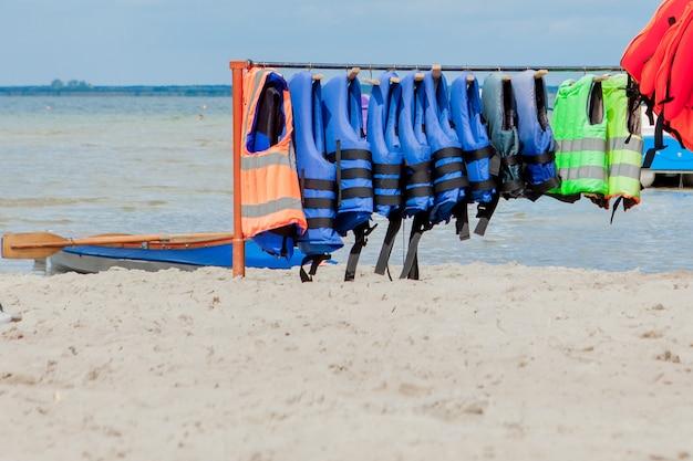 Ciérrese para arriba de los chalecos salvavidas con el fondo del mar, equipo para la seguridad en el transporte del agua.
