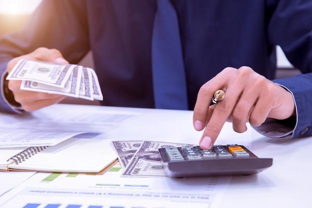 Ciérrese para arriba del contable del hombre que hace cálculos. concepto de ahorro, finanzas y economía.