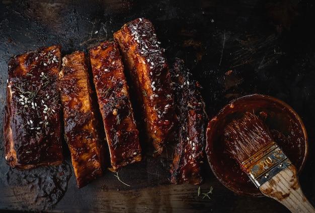 Ciérrese para arriba de las costillas de cerdo asadas ahumadas.
