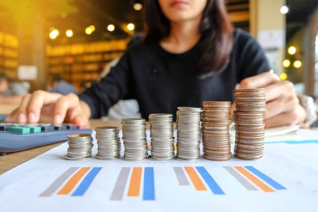 Ciérrese para arriba del dueño de negocio asiático femenino de yong que hace cálculos. estafas de ahorros y finanzas
