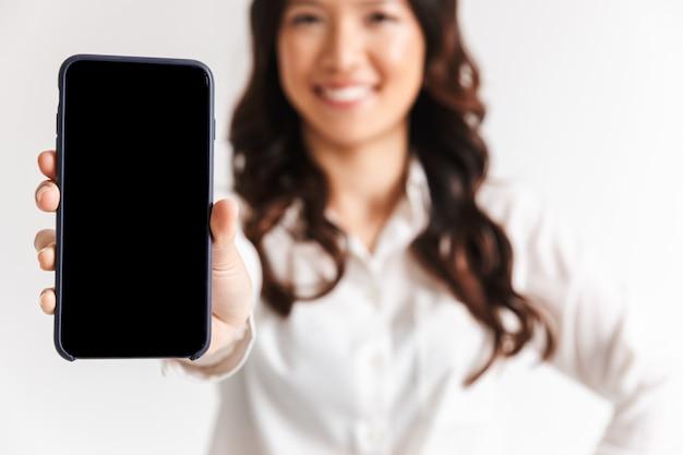 Ciérrese para arriba de una empresaria asiática sonriente