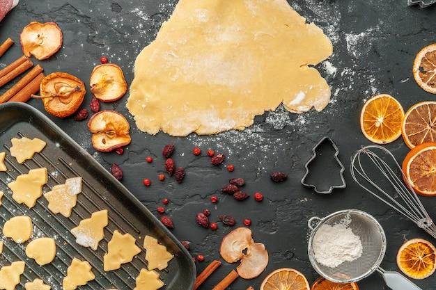 Ciérrese para arriba de hacer proceso de las galletas del pan de jengibre de la navidad de las vacaciones