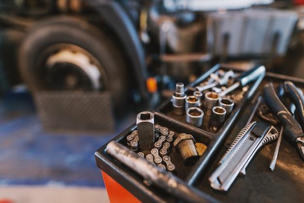 Ciérrese para arriba de las herramientas usadas en taller del coche. concepto de reparación y fabricación.