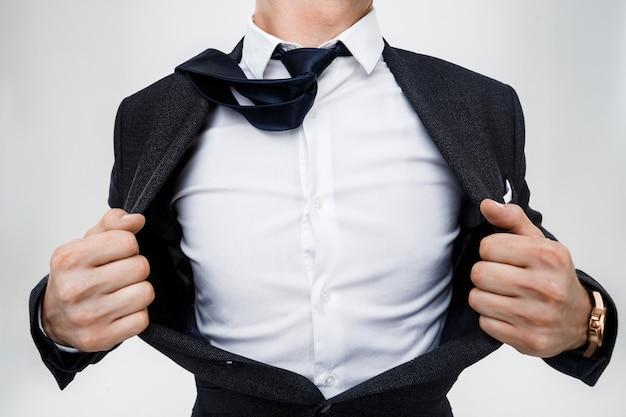 Ciérrese para arriba del hombre de negocios que quita la chaqueta.