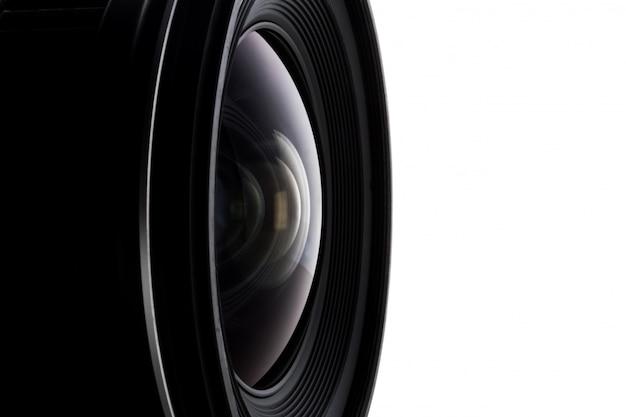 Ciérrese para arriba de la lente de cámara con un fondo blanco.