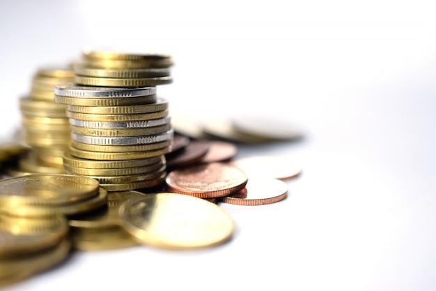 Ciérrese para arriba de las monedas a la pila de monedas, concepto del crecimiento del negocio. riesgo financiero.