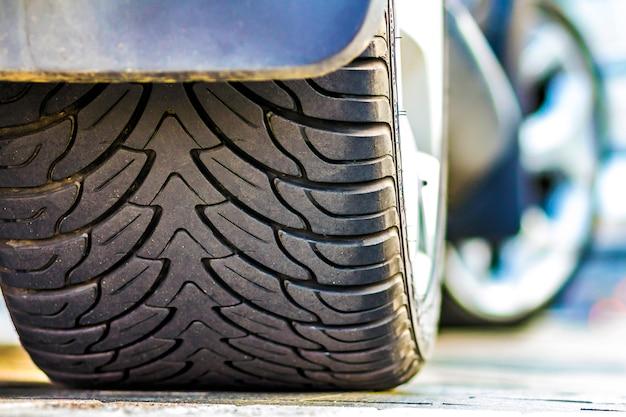 Ciérrese para arriba del neumático del coche, foco selectivo.