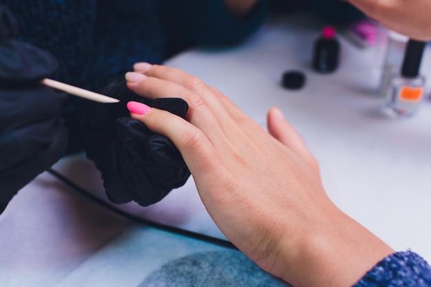 Ciérrese para arriba del proceso manicura de francia en el salón de belleza.