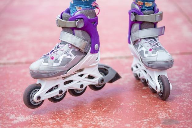Ciérrese para arriba en los zapatos del patín de ruedas. concepto de juventud y estilo de vida deportivo.
