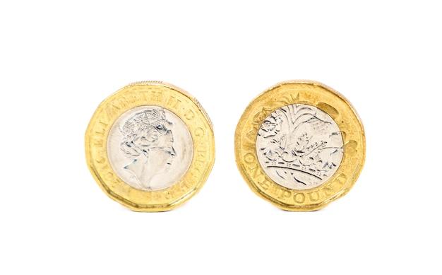 Ciérrese encima de aislado de una moneda de libra de reino unido en el fondo blanco