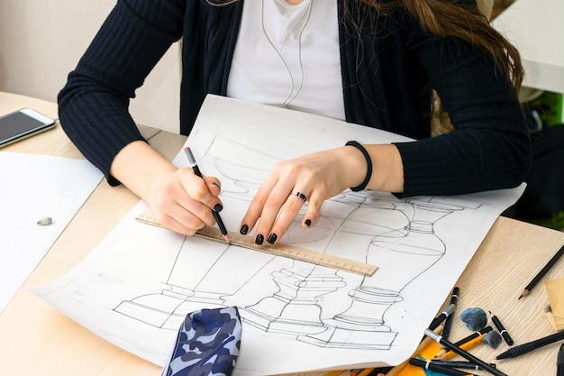 Ciérrese encima de los bosquejos del dibujo de la mano del arquitecto, planos. estudio de arquitectura e ingeniería