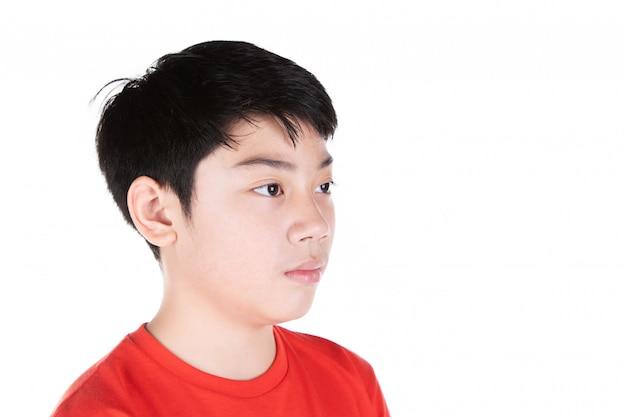 Ciérrese encima de la cabeza de la parte delantera asiática del pelo negro del muchacho aislada en blanco.