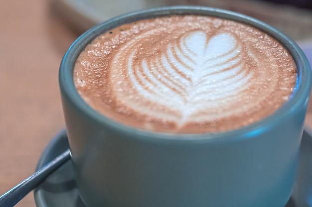 Ciérrese encima del café del arte del latte de la visión superior.