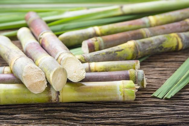 Ciérrese encima de la caña de azúcar en el cierre de madera del fondo para arriba.