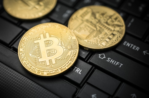 Ciérrese encima de concepto crypto del fondo de la moneda de oro de la moneda del bitcoin.