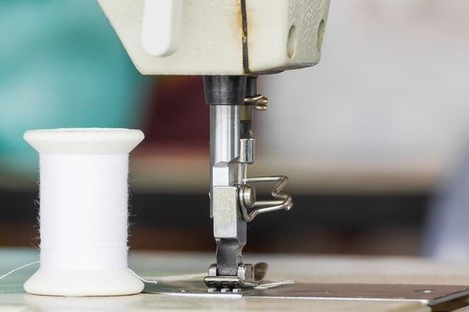 Ciérrese encima de la máquina de coser industrial