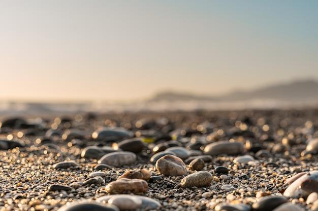 Ciérrese encima del fondo de piedra con el cielo borroso en el horizonte