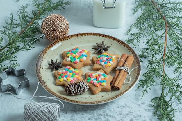 Ciérrese encima de la foto de las galletas caseras frescas en la placa sobre blanco.