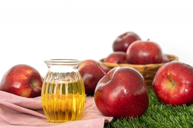 Ciérrese encima de la fruta roja de apple y el jugo de vinagre de sidra de manzana, ayuda a perder peso y reduce la grasa del vientre, comida saludable