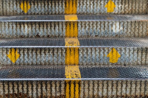 Ciérrese encima del hierro de las escaleras del paso superior en la ciudad.