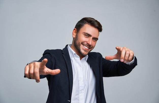 Ciérrese encima del hombre de negocios del hombre joven del retrato. traje de negocios chico caucásico