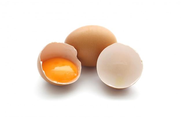 Ciérrese encima del huevo roto aislado en blanco