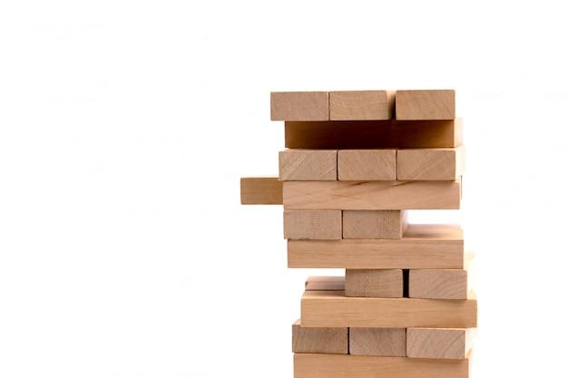 Ciérrese encima del juego de madera de los bloques aislado en blanco
